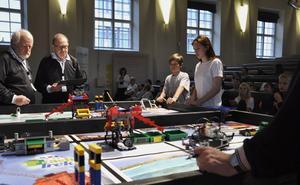 Fyra lag, två från Jämtland och två från Västernorrland, deltog i First lego league på Campus i Östersund under lördagen. På bilden ses domare samt elever från Kastellskolan i Härnösand.