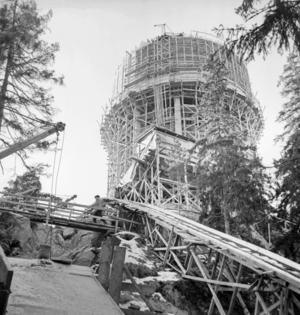 Under konstruktion. En transportbana sattes upp utmed berget för att byggmaterial till vattentornet skulle kunna forslas upp till bygget.