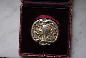 Eva med ormen kom att bli en motståndssymbol också i bredare kretsar. Det var inte bara de mest förmögna kvinnorna som hade råd med ett sådant här smycke.