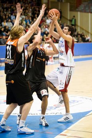 Doug Thomas försöker hejda matchens bäste spelare, Borås Toni Cactas, att göra ytterligare poäng. I bakgrunden syns den australiensiske jätten Michael Kingma, tidigare i Sundsvall Dragons.