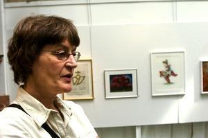 37 verk. Här, i bibliotekets utställningssal har kultursekreterare Katarina Tegen-Höckerlind och biblioteksassistenten Magnus Söderberg hängt upp de utvalda alstren.