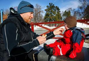 """Peter och Ally Bäckman från Ås delade en korv. Det blev inget spill. Peter är inte så noga med datum på ägg men kasserar mjölk och fil direkt när """"bästföredatumet"""" passerats."""