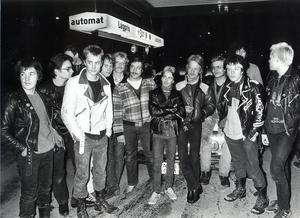 Västerås s.k. punkare tillsammans med stans s.k. raggare. VLT förde samman dem och lät dem diskutera bl a skottlossningsdramat i Västerås.