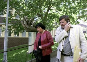 Johan Asplunds föräldrar, Anna-Clara och Björn Asplund, efter att de mottagit den fällande domen mot Tomas Quick den 21 juni 2001.