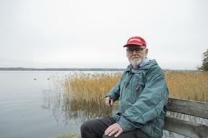 Hans Lennartsson precis intill Himmerfjärden där den nya farleden planeras. Granholmen är den plats som farleden kommer att vara närmast land.
