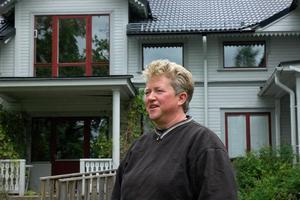 """SNICKRAR. Det finns en hel del att göra innan husets alla sex lägenheter är färdiga. Eva Persson ägnar många timmar i veckan åt huset. """"Man får göra det mesta själv, annars går det ju inte. Det jag inte kan frågar jag om, och det jag inte klarar av får jag leja"""", säger hon."""