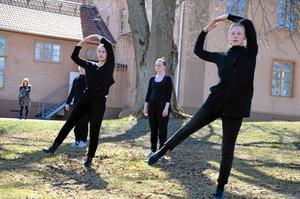Eleverna på Kävesta folkhögskolas danslinje bjuder på föreställning på torsdag och fredag på Nya Teatern i Örebro.Arkivfoto: Tove Svensson