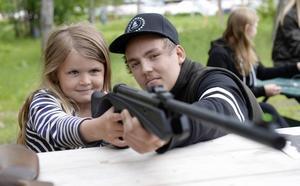 Sexåriga Jessi Olsson Fischer lyckades bra med premiärskjutningen, Ole Andersson var lärare.
