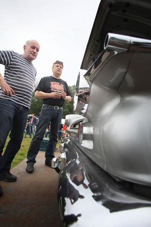 Ivar Sjölund och Ulf Finnström tar hänsyn till alla detaljer vid bilbedömningen.