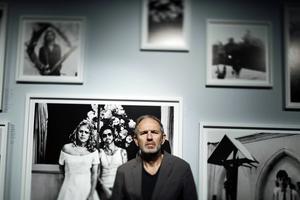 Anton Corbijn ställer ut på Fotografiska i Stockholm. Han kallas ofta för Depeche Modes osynlige bandmedlem, efter flera års nära samarbete.