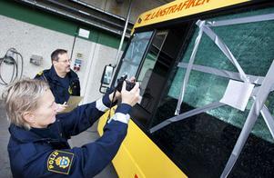 Under onsdagen genomförde kriminalteknikerna Elisabeth Olsson och Bo Andersson en teknisk undersökning av den buss som besköts vid Körfältet. Skadorna och skotthålen dokumenterades och mättes för att det ska gå att göra beräkningar om vilken sorts vapen som har använts. I det här fallet kan det röra sig om någon form av luftgevär.
