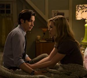 LYCKLIGA ÄN SÅ LÄNGE. Christine Brown (Alison Lohman) och pojkvännen Clay Dalton (Justin Long) är ett lyckligt par innan förbannelsen drabbar henne.