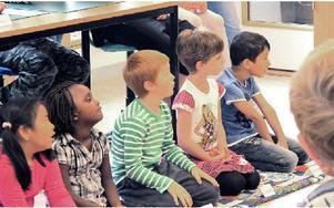 Förväntansfulla elever som börjat första klass. En spännande dag för många barn. FOTO: ILSE VORNANEN