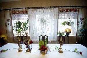 Maivor har gamla fina yllegardiner med jugendmönster i salens matfönster.