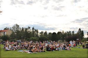 Ju längre kvällen gick, desto mer folk samlades i Öjeparken för att vara med på Playwoodfestivalen.
