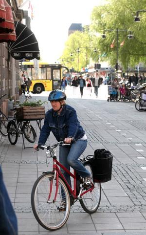 GD fick vänta länge på att hitta en cyklist med hjälm i centrum i går eftermiddag. Men till sist dök hon upp, Ann-Sofie Linder som cyklat med hjälmen på i 20 år.– Jag jobbar inom förskolan och vi fick erbjudande om en billig hjälm redan då. Det gäller ju att föregå med gott exempel i skolan, säger hon.