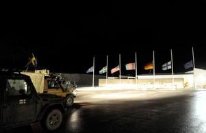 Flaggor på halv stång på Camp Northern Lights efter att attacken där två svenska officerare och en lokalanställd tolk stupade.