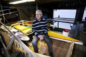 Albert Bernhoff bygger en trimaran i sjöboden. En har han kraschat så nu är det dags för en ny segelfarkost.