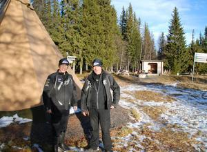 Per-Olof och Bengt på Storgräftåns Fäbodvall, framför den tältkåta som klubben inköpt. Bakom finns en av de två grillplatser som iordningställts.Foto: Torbjörn Ohlsson