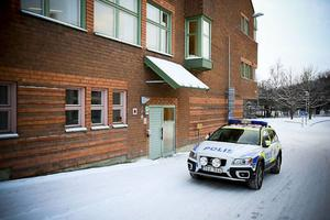 De tre männen som misstänks för gruppvåldtäkten fördes under eftermiddagen till häktningsförhandlingarna vid tingsrätten i Östersund.