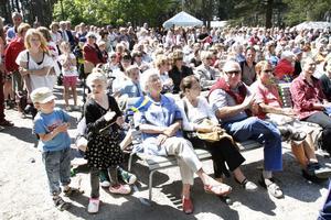 HYLLADE SVERIGE. Det var många som tog chansen att fira nationaldagen tillsammans i Boulognern. På scen bjöds det på sång av bland andra Hillekörerna. Talade gjorde landshövdingen Barbro Holmberg.