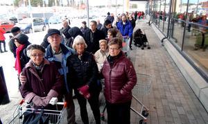 Rut Wahlund, Tore Jonsson, Dagny Andersson och Elsy Sjölund tillhörde tätklungan då nya ICA-Kvantum öppnade i Odenskog på onsdagsförmiddagen.