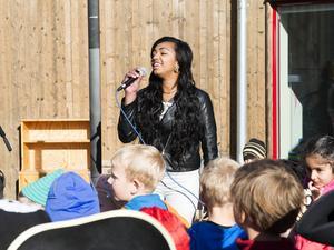Idoldeltagaren Saron Abraham sjöng låten Happy framför nästan hundratalet dansanta barn och vuxna vid förskolan Kubens invigning.