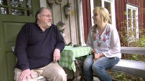 Mårten Andersson och Anne Lundberg på bron till Mårtens hus i Freluga.