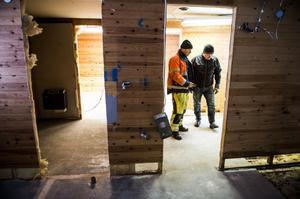 Nisse Agardh och Mikael Danielsson går igenom vad som behöver göras för att klara projektet som ska vara färdigt i början på juni nästa år.