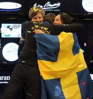 Caroline Roos och Louise Furberg tog lag-guld i EM i Slovenien i fjol efter en suverän turnering. Svenska Biljardförbundets ordförande Kurt Roos, Carolines pappa, var inte sen att gratulera. Roos och Furberg ska nu försvara sin titel på Cypern.