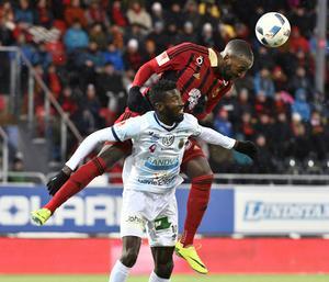 Ronald Mukiibi i kamp med Dioh Williams i Gefle IF under allsvenskans sista omgång.