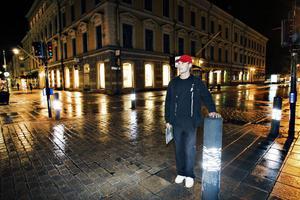 Tomas Hansson, 46 år, delägare av Ica Söder, Valbo:– Bra eftersom avstängningen har drabbat några butiker väldigt hårt, den skedde väldigt hastigt och ingen hann förbereda sig. De gatorna som stängts av är naturliga flöden från söder till norr, om man svänger av åt något håll missar man Söderbacken. I städer där liknande försök har gjorts har det blivit ett dött centrum.