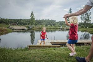 Sjuåriga Alex och treåriga Elsa Holmberg från Bergvik har precis varit på Badkullen med sin pappa Bengt Holmberg. – Jag har simmat från det djupa ända in till det grunda! säger Alex Holmberg.