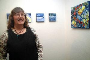 """Marika Wahl-Lindberg målar igen efter en """"kaotisk tid i rymden"""" som pågick i fyra år. Den nya utställningen kallar hon """"Återkomsten""""."""