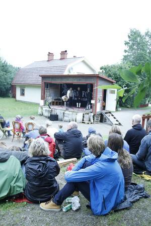 På den lilla scenen avlöser polskorna avlöser varandra.