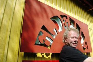 Den före detta dansbandsmusikern Staffan Olofsson har samlat föremål från sin 40 år långa karriär i ett dansbandsmuseum hemma på gården i Myrviken. Nu vill han göra sin samling komplett med en turnébuss från 70-talet samt ett pärlemorklätt trumset.
