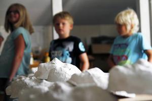 Kulturfritids för barn mellan sex och tolv år har blivit en succé i Strömsund i år. I år har barnen bland annat fått prova att gjuta gipsmasker som de målat ansikten på.