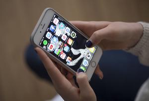 Vi lever som ni uppfostrar oss, skriver skribenten apropå mobilvanor.
