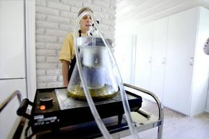 Teknik. För att få hydrolater, blomvatten, använder Susanne Bilski en destillationsapparat. Det kan verka avancerat att göra egna hudvårdsprodukter, men enligt Susanne kan man göra enkla krämer själv.