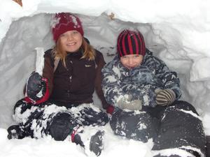 Tänk vad barnen har roligt med snön ändå,fast vi vuxna bara väntar på våren! Mina barnbarn Ville och Alicia gjorde en snökoja på vår tomt. De hittade fina istappar att hacka med.