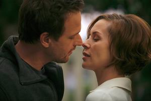 Torsdag. Torsdagspatienterna Jake (Josh Charles) och Amy (Embeth Davidtz) bråkar om i fall det ska behålla barnet hon är gravid med.