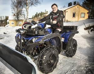 – Vintertid kan man sätta på ett plogblad och använda maskinen för att få bort snön från tomten, säger Lars Zackrisson.