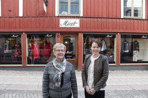 Britt-Marie Ekman med dotter Lina Ekman tror på en framtid för klädförsäljning i stadskärnan.