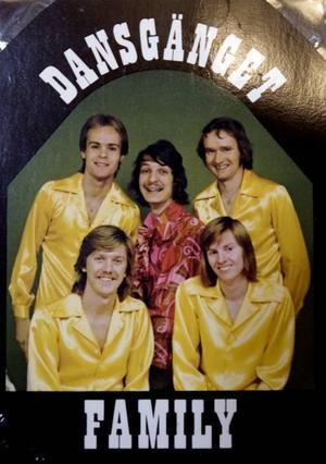 """VART TOG SKJORTAN VÄGEN? Killen  i mitten ville vara riktigt fin när bandet skulle gå till fotografen, men råkade tvätta sin gula skjorta  i 90 grader. """"Den krympte till Barbiestorlek och han var tvungen att låna fotografens frus morgonrock"""", berättar Johan."""