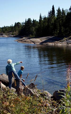 Vraket ligger på grunt vatten, och syns från stranden, vilket gör det unikt och publikvänligt.