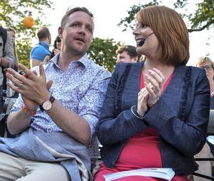 EU-parlamentarikern Fredrick Federley och Centerpartiledaren Annie Lööf på plats inför talet i Almedalen i Visby 2015.