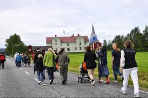 Sex grupper med drygt tjugo deltagare i varje deltog i Gåxsjö bys intressanta historievandring.