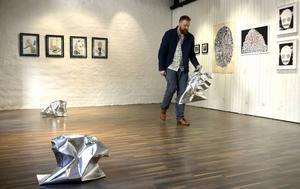 Jimmy Dahlberg ställer ut aluminiumfigurer för sin performance vid vernissagen.
