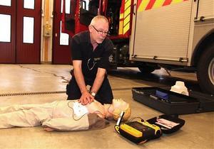 Uppkopplad defibrillator och hårda tryck över bröstkorgen för att hjärtat ska pumpa ut mer blod, kan rädda många liv. Defibrillatorn talar om när det är dags att köra 3000 volt och 60 ampere mot hjärtat. Hampe Wiklund demonstrerar.
