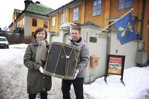 Gunilla Hednblad, antikvarie vid gruvan och Marcus Rooth, historielärare och amatörforskare från Falun, med en trumma från 1700-talet, då gruvan hade sin egen arme.